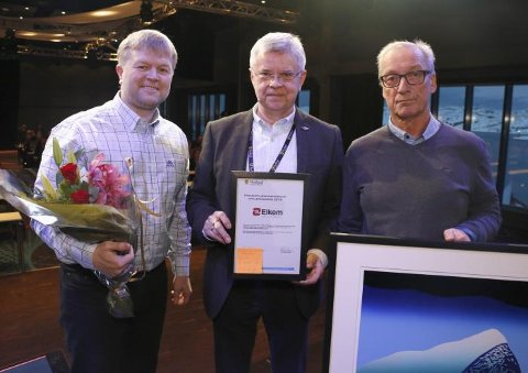 Elkem Salten, representert ved verksdirektør Ove Sørdahl og HR-konsulent Rune Skaug, fikk utdelt Opplæringsprisen fra NHO-sjef Ole Hjartøy, som er medlem i Yrkesopplæringsnemda i Nordland.
