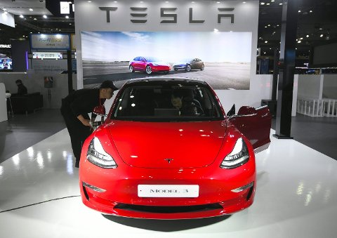 IKKE SÅ MILJØVENNLIG?: Undesøkelser med Tesla Model 3 viser at bilen kan ha større utslipp enn en diesel-bil. Foto: Jung Yeon-je (AFP)