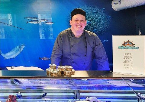 """Smilet sitter bredt på eier Bård Larsen etter åpningsdagen av fiskebutikken """"Byfeskern"""" i Fauske sentrum tirsdag denne uken."""