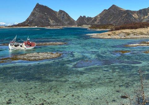 Havaristen: Sjarken har knapt beveget seg etter at den slet seg og drev på grunn utenfor Engeløya i Steigen på ettervinteren.