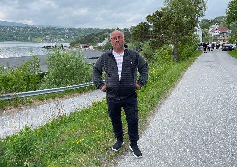 Store planer: Dag Egil Rugås med flere har stor tro på planene for området man ser i bakgrunnen her. Det er riktignok noen delte meninger om byggeprosjektet.