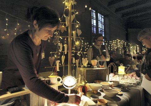 Herdis Torsvik har arrangert julemarked på Schøtstuene   tolv ganger. Ideen kom da hun og Sarah Reed stilte ut keramikkproduktene sine ved designernes julemarked i Oslo. ALLE FOTO: LINDA HILLAND