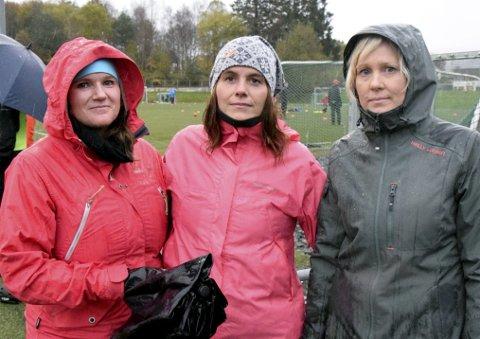 Vil ikke betale: Linda Jensen (fra venstre), Katherina Raa og Anita Eikemo er foreldre i et J11-lag i Fana IL. De er irriterte over prisen på loddene, og oppfatter det i praksis som en ekstra kontingent.