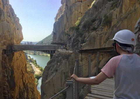 El Caminito del Reys  luftigste punkt ser du her – der man krysser kløften over en utspent bro i stålnetting – altså ikke den mer solide broen du ser i forgrunnen.