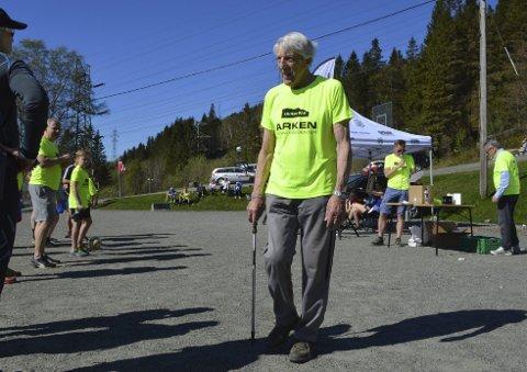 Ivar Kristoffersen (96 år) har gått opp Ulriken mer enn 5000 ganger i løpet av sitt liv. Lørdag deltok han på motbakkeløpet Ulriken Opp sammen med i overkant av 500 andre deltakere.FOTO: SINDRE WIIK