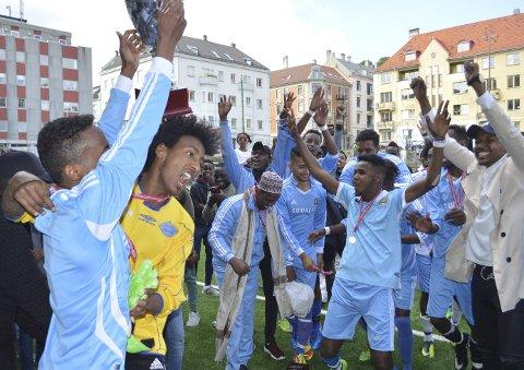 Gull: Den årlige internasjonale fotballturneringen har blitt spilt de siste ukene. Lørdag var det finale mellom Somalia og FK Brødre på Møhlenpris. Somalia vant 4-1, men kampen var mer jevnspilt enn hva resultatet skulle tilsi, uten at det la noen demper på jubelen etter kampslutt.Foto: Sindre Wiik