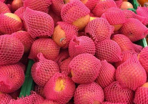 Mange har reagert negativt på at disse fuji-eplene importert fra Kina er pakket inn enkeltvis i plaststrømper.