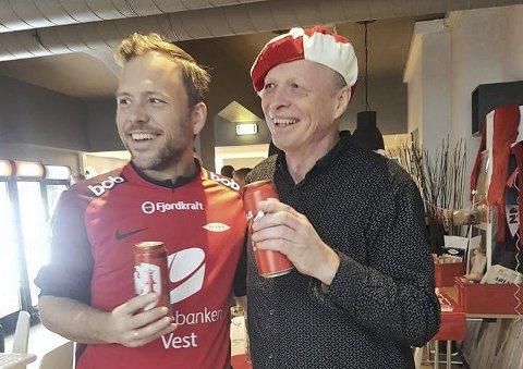 FEIRING: Med hjertene i Brann! Steinar Nørstebø og SV-leder Audun Lysbakken feiret førstnevntes 60-årsdag før kampen søndag. Der fikk Steinar, som er leder av Bergen SV, en tatovering av Brann-logoen i gave. – Jeg tror kanskje ikke jeg skal ha den i pannen, sier Steinar. FOTO: PRIVAT