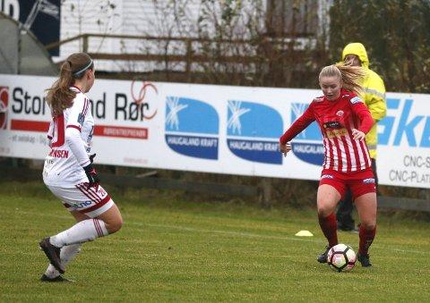17 år gamle Anna Langås Jøsendal fra Odda har hatt sitt gjennombrudd på seniornivå denne sesongen, med 20 kamper fra start. Midtbanespilleren drømmer om å komme på A-landslaget og bli proff i utlandet. FOTO: Alfred Aase