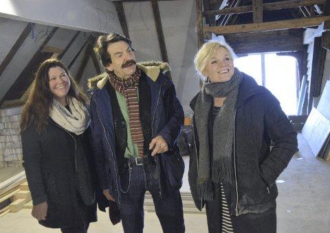 Janneche Strønen, Helge Jordal og Veslemøy Fluge Berg er imponerte over hva Roger Iversen har fått til i Skuteviken. FOTO: DAG BJØRNDAL