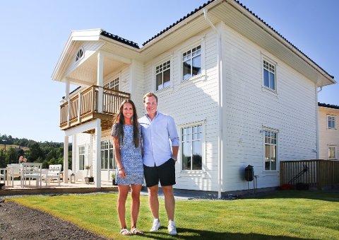 Paret Dagrun Myklebust (24) og Per Magnus Moen (24) fra Tranby tjente 2,7 millioner kroner på leilighetssalg i Oslo. Nå har de fått boligdrømmen oppfylt på Lierskogen. Foto: Tor Christian Ødegaard