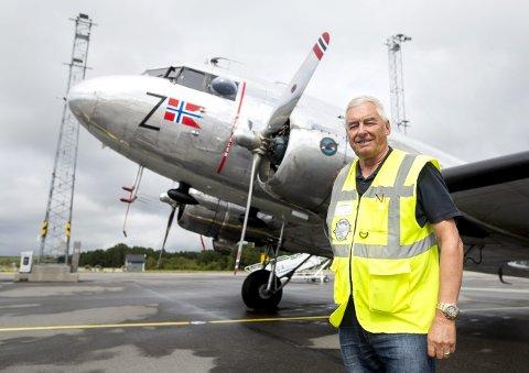 Veteranflyet er i Bergen i anledning Fjordsteam. – Passasjerflyet er det eneste av sitt slag i Norge, forteller Vidar Berg som er formann i stiftelsen Dakota Norway. FOTO: ANDERS KJØLEN