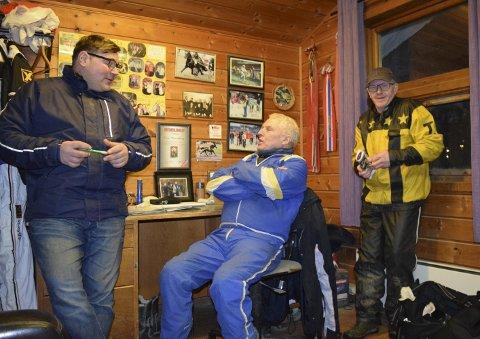 Ove Wassberg (i midten) har kjørt titusenvis av travløp, og blir ikke stresset i timene før start. Her forteller han historier med Jan Erik (venstre) og Einar (høyre).