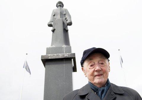 HELT: Jakob Strandheim (98) er eneste gjenlevende av Shetlandsgjengen. – 8. mai er er svært viktig dag for meg, men før eller siden må vi koble ut dette. Livet går jo videre, sier han som gjennomførte 578 farefulle turer over Nordsjøen. FOTO: ARNE RISTESUND