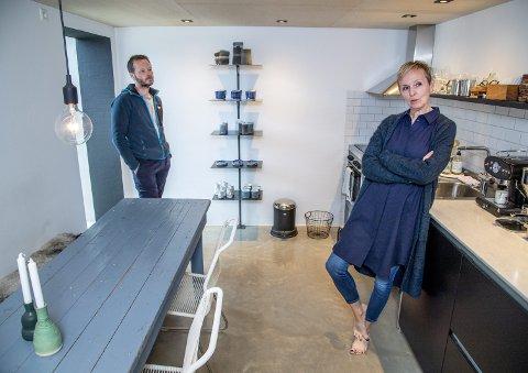 Da paret reiste Anettes visningsrom i 2015, bygget de også et kjøkken med plass til gjester. Det blå bordet med tilhørende benk kommer fra en sardinfabrikk på Askøy, hvor Anettes bestefar arbeidet. Gulvet er polert betong, og platene i taket er kryssfiner-plater av poppel. FOTO: EIRIK HAGESÆTER