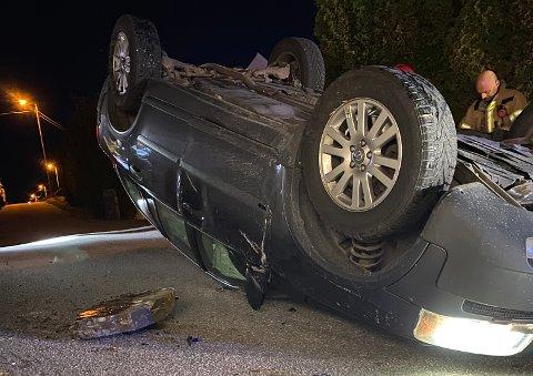 Bilen skal ha falt cirka to meter og veltet over på taket.