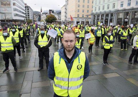 FØRSTE STREIK: – Jeg mener streiken kan forsvares, selv i en pandemitid, sier Daniel Øvstetun Vik, som streiker på sjette uken. Han krever høyere lønn og bedre arbeidsforhold. I går var det fanemarkering på Torgallmenningen der rundt 150 streikende var møtt frem.FOTO: ARNE RISTESUND
