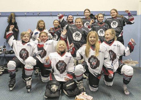 I Lyderhorn er det så mange jenter som vil spille ishockey at de må melde på to lag i turneringer.