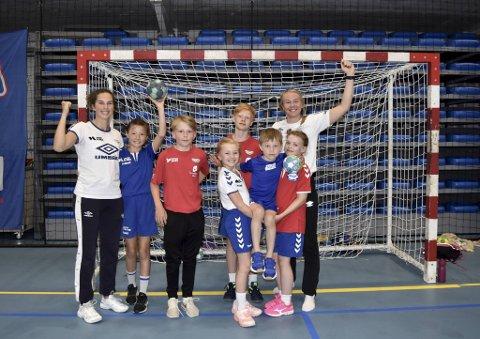 Mandag til onsdag troppet Fanas eliteseriespillere opp som trenere, til stor glede for de 74 påmeldte barna til håndballskolen. Fra venstre: Celine M.Solstad (23), Malene Hyo Smedsvik-Vårdal (10), Elias Slettemyr Bjordal (12), Vegard Anspach Thormodsæter (12), Oda Mastad (23). Foran fra venstre: Mollie Sophia Craft (9), Mats Gudbrandsen Torkelsen (6) og Marte Nesse Myren (9).