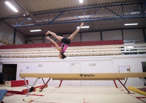Julie Erichsen ble landskjent da hun i 2019 kvalifiserte seg til OL i Tokyo som Norges første kvinnelige turner siden 1992. Her er hun på trening på Slettebakken nylig.