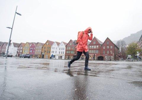 Det kan komme mye nedbør på kort tid, lyn og torden og lokale oversvømmelser i Bergen søndag ettermiddag, advarer Meteorologisk institutt.