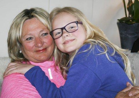 Første prioritet: Torunn Kolbjørnsrud passer barnebarnet Katrine Biksrud (10) fordi hun er for syk til å være på skolen i dag. Da er bestemors fang godt å krype opp i.