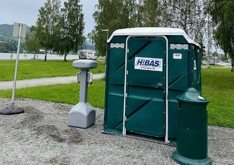 MIDLERTIDIG: Dette toalettet er nå på plass i Vikersund.