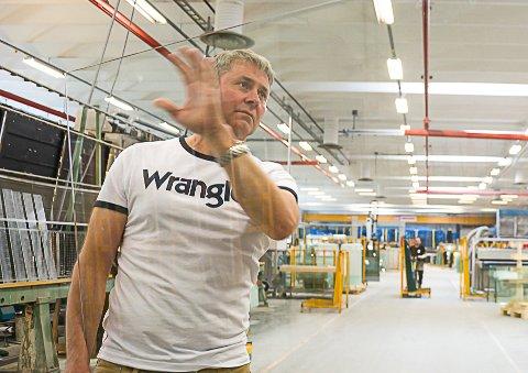 NY TEKNOLOGI: Henning Austad ved Modum Glassindustri forteller at de er eneste firma i Norge som tilbyr keramisk print på glass, og nå har de investert i helt ny teknologi i form av en printer.