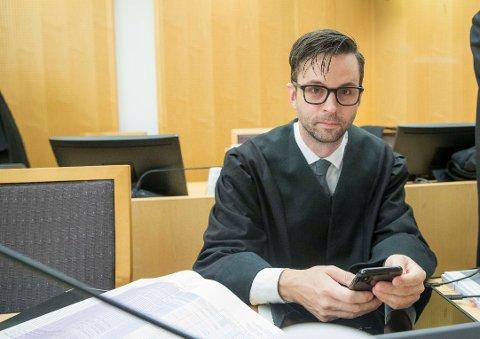 Advokat Ulrik Sverdrup-Thygeson forsvarer den tiltalte dyrlegen.  Foto: Terje Pedersen / NTB scanpix