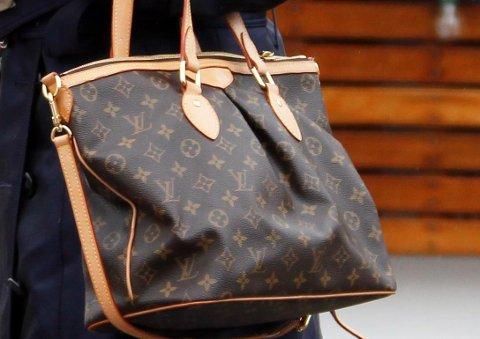 Louis Vuitton-veskene med LV-logoen er et av de mest kjente designmerkene. Louis Vuitton startet å lage vesker allerede på 1800-tallet.