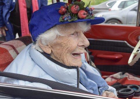 SPREK 99-åring: Louise Dahlmann Hansen (99) fra Hokksund storkoste seg på kjøreturen fra Eikerstun til Sundhaugen.