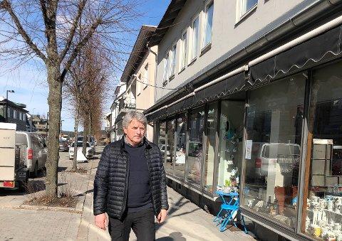 HANDLE LOKALT: – Mange av de lokale butikkene, spesielt de som ikke er i en kjede, sliter nå etter et vanskelig år med pandemi. Jeg vil derfor oppfordre innbyggerne i Øvre Eiker til å støtte opp om de lokale butikkene våre og handle der, sier ordfører Knut Kvale. Foto: Majken R. Skjelbred