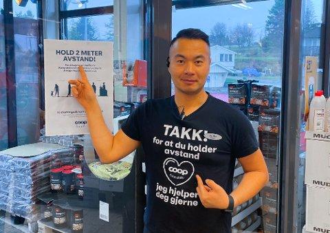 Jia Min Luan, butikksjef på Coop Extra på Flateby, forteller at de har stengt kassen i midten av de tre i butikken for å tilfredsstille kravene til å holde avstand.