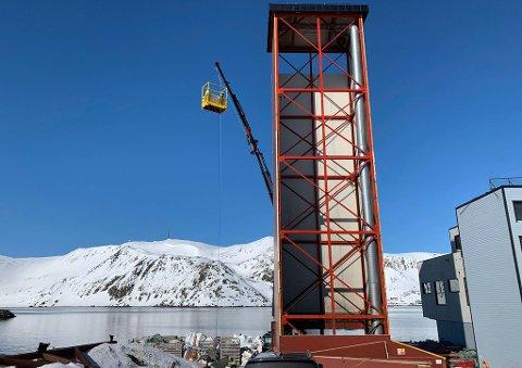 TA I HIMMELEN: Det var nydelig vær med vindstille forhold da arbeid var i gang i Honningsvåg.