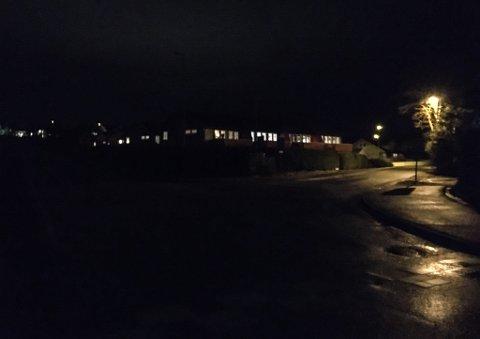 MØRKLAGT: Sidan søndag kveld har Thor Solbergvegen vore fullstendig mørklagt. Her ser vi nordaustover på krysset Thor Solbergvegen og Vågavegen retning Sørstrand.