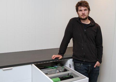 Tor Even Eide i Systemintegrering har endeleg fått laga til visingsrom. Det gjer det enklare for han å vise fram kva han kan tilby av system som kan styre lys, lyd og temperatur i eit hus, for å nemne noko.