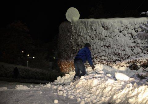 UTFORDRING: Mykje snø å kort tid har skapt store utfordringar både langs vegane og her i Florø sentrum.