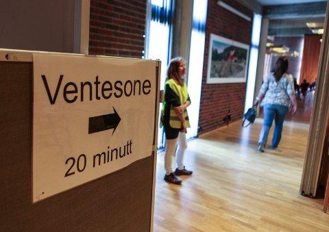 SKAL KOME TETTARE: Folkehelseinstituttet vil igjen endre tidsintervallet mellom første og andre vaksine mot korona. Her frå onsdagens massevaksinering i Florø kulturhus.