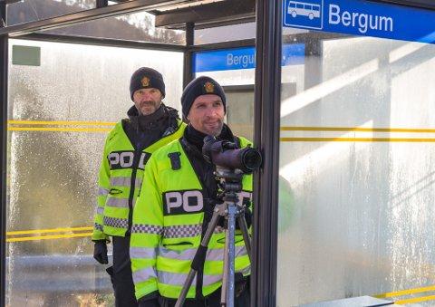 KONTROLL: Inge Værøy og Trond Hatlenes var på plass rundtom i Førde tysdag. Åtte personar vart bøtlagde. Arkivfoto.