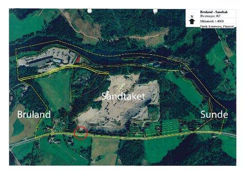 IKKJE GODKJENT: Avkøyrsla (merka med raud sirkel) ligg på den lange rette strekka mellom Brulandssvingen og svingen der ein kan gå ned til Soleide-brua.