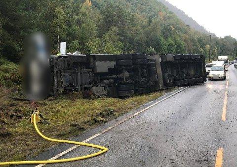 VELTA: Ein trailer lasta med laks har velta på E39 ved Helvikneset, om lag fem kilometer frå Lavik ferjekai i Høyanger kommune.