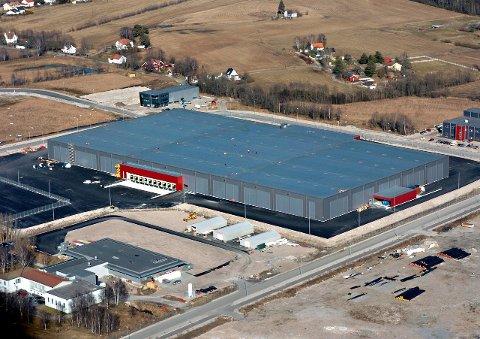 Kan bli nesten dobbelt så stort: Dagens Europris-lager på Øra har en grunnflate på cirka 30.000 kvadratmeter og er 14 meter høyt. Dette flyfotoet er fra 2007. Arkivfoto: Geir A. Carlsson