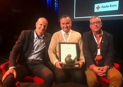 Diplom: Fra venstre;  Sven Mollekleiv, president i Røde Kors, Nils Malcom fra Lisleby og Øyvind Bruflat, daglig leder i Østfold Røde Kors.