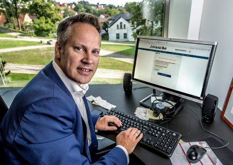 Ikke akkurat valgets kval: Lokalpolitikerne i Fredrikstad, som ordfører Jon-Ivar Nygård, har nok ikke problemer med å vite hva de skal stemme om knappe fire uker. Nygård tester her FBs Velgerhjelpen.