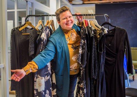 Kjoleglad: Her er noen av kjolene i Siv Henriette Jacobsen-kolleksjonen.  – Nå er det over med kjoledillaen! Jeg har begynt å stille meg kontrollspørsmålet «Har jeg virkelig bruk for denne?», ler fylkesvaraordføreren.