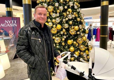 SELGER KUNST: Dag Høili, her med datteren Leonarda i vogn, selger bilder som han har hatt i et tidligere feriested. Finn-annonsene får mye oppmerksomhet.