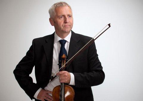 Fiolonist og kapellmester Ole Hermann Huth står for det musikalske sammen med Fredrikstadsangeren Sunniva Berg.