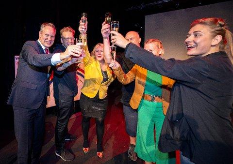 Fra skål til forhandlinger: På fredag får vi vite hva de er enige om: Fra venstre Jon-Ivar Nygård (Ap), Jonas Qvale (Bymiljølista), Silje Louise Waters (SV), Vidar Schei (Ap), Elin Tvete (Sp) og Hannah Berg (Rødt). MDG blir også med. (Arkivfoto: Geir A. Carlsson)