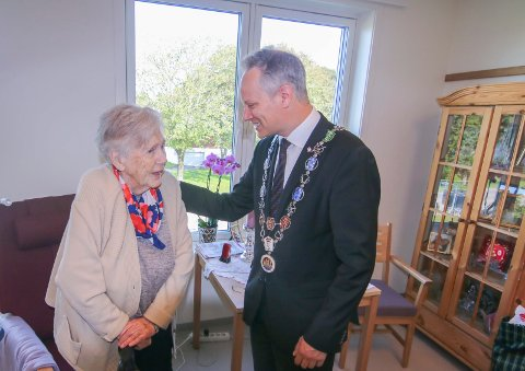 Hyggelig møte: Anne Karin Carstensen fikk treffe ordfører Jon-Ivar Nygård på sitt nye rom. Hun stortrives på Østsiden sykehjem.