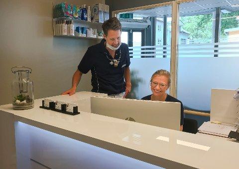 Tennlegene Lars Gjerlaugsen (tv.) og Runa Morger har etablert Nye Glomma Tannklinikk AS og Dente Holding AS. De har samme forretningsadresse som Glomma Tannklinikk AS, som tannlegene driver i Glemmengata 8. Her er de to fotografert på klinikken i 2017.